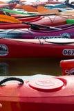 Roter Kajak, rosafarbener Kajak, grüner Kajak lizenzfreies stockbild