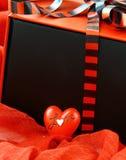 Roter Kasten mit einem Geschenk und einem roten Inneren Stockfoto