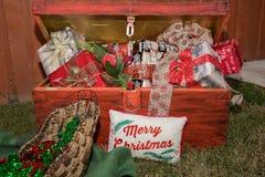 Roter Kasten mit Geschenken, fröhliches Chtistmas, frohe Feiertage Lizenzfreie Stockfotos