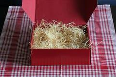 Roter Kasten mit Stroh Stockbilder