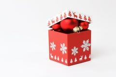 Roter Kasten mit Weihnachtsbällen Stockfotos