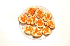 Roter Kaviar auf Brot mit Butter Stockfotos