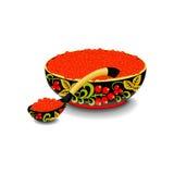 Roter Kaviar auf dem hölzernen Löffel und der Schüssel O Stockbild