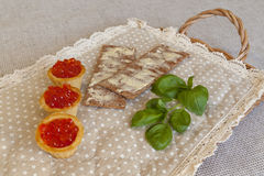 Roter Kaviar in den tartalets mit Brot und Butter Lizenzfreies Stockbild