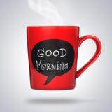 Roter keramischer Cup mit dem Zeichen oder Titel des guten Morgens gemacht mit Kreide. Stockfotografie