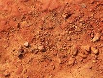 Roter Kiesel auf Bodenhintergrund Stockfoto