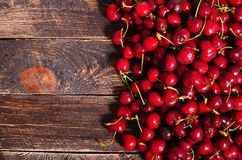 Roter Kirschhintergrund Draufsicht mit Kopienraum Sommer und Erntekonzept Strenger Vegetarier, Vegetarier, rohes Lebensmittel Stockfotos
