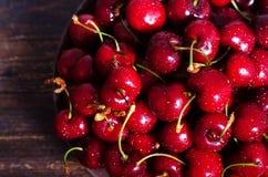 Roter Kirschhintergrund mit Wassertropfen Beschneidungspfad eingeschlossen Sommer und Erntekonzept Strenger Vegetarier, Vegetarie Stockbilder