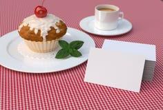 Roter Kirschkleiner kuchen mit den weißen, leeren Visitenkarten Modell Stockfotos