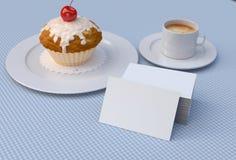 Roter Kirschkleiner kuchen mit den weißen, leeren Visitenkarten Modell Lizenzfreie Stockfotografie