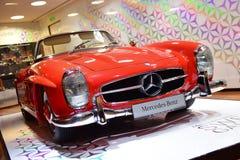 Roter Klassiker 300 SL auf Anzeige an der Mercedes Benz-Galerie entlang Champion Elysees Stockbild
