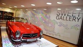 Roter Klassiker 300 SL auf Anzeige an der Mercedes Benz-Galerie entlang Champion Elysees in Paris Lizenzfreie Stockbilder