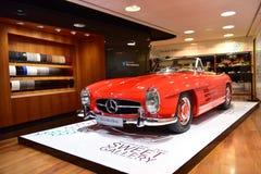 Roter Klassiker 300 SL auf Anzeige an der Mercedes Benz-Galerie entlang Champion Elysees in Paris Lizenzfreies Stockbild