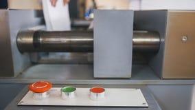 Roter Knopf auf Bedienfeld der faltenden Maschine - Druckenpolygraphindustrie, Abschluss oben Stockfoto