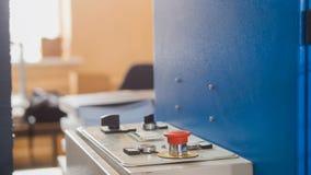 Roter Knopf auf faltender Maschine - Druckenpolygraphindustrie, Abschluss oben Stockbilder
