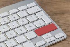 Roter Knopf auf moderner Tastatur Stockbild