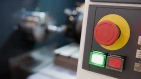Roter Knopf des Metalls der Bedienfeldmaschinellen bearbeitung, industrieller Hintergrund Stockfotografie