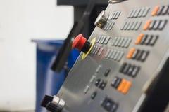 Roter Knopf des Metalls der Bedienfeldmaschinellen bearbeitung, industrieller Hintergrund Lizenzfreie Stockfotos