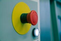 Roter Knopf in einer Fabrik Stockbilder