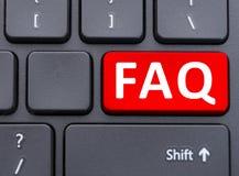 Roter Knopf FAQ auf schwarzem Tastaturkonzept Stockbild