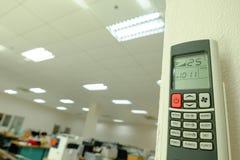 Roter Knopf Luft-bedingte Fernbedienung und 25 Grad Celsius Stockfotos