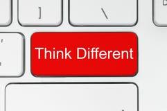 Roter Knopf mit denken verschiedene Wörter auf der Tastatur Stockfoto