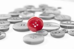 Roter Knopf steht heraus Stockbilder