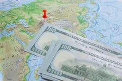 Roter Knopf und Geld auf Hintergrundkarte Stockfotos