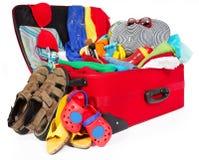 Roter Koffer der Familienreise gepackt für Ferien Stockbilder
