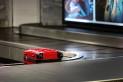 roter Koffer, der wartet, aufgehoben zu werden Lizenzfreies Stockbild