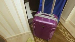 Roter Koffer lässt den Raum, das Konzept von Tourismus, Abfahrt, Gebühren für die Reise stock video footage