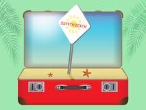Roter Koffer mit einem Strand Lizenzfreies Stockfoto