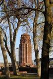 Roter Kontrollturm gesehen durch Bäume Stockbild