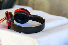 Roter Kopfhörer lizenzfreie stockbilder