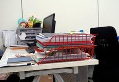 Roter Korb von Dokumenten auf dem Schreibtisch Stockfotos