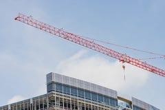 Roter Kran über Neubau-Site Stockfotos