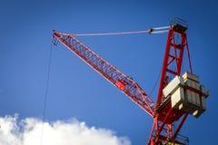 Roter Kran auf einem blauen Himmel Lizenzfreies Stockfoto