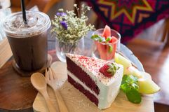 Roter Kuchen auf h?lzernem Brett stockfoto
