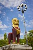 Roter Löwe und weiße Lampe Stockbild