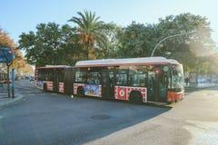 Roter langer Bus in der Straße von Barcelona Lizenzfreie Stockfotografie