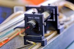 Roter Laser im Labor stockfotos