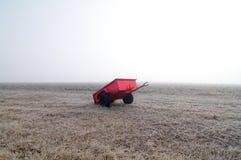 Roter Lastwagen und Feld im Nebel Stockbild