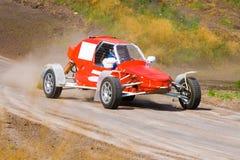 Roter laufender Buggy auf Spur Lizenzfreie Stockbilder
