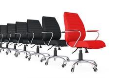 Roter lederner Chef Office Chair als Führer in der Reihe von schwarzen Stühlen Stockfoto