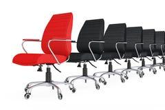 Roter lederner Chef Office Chair als Führer in der Reihe von schwarzen Stühlen Stockfotografie