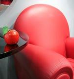 Roter lederner Stuhl und Apfel Lizenzfreie Stockbilder
