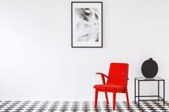 Roter Lehnsessel im weißen Innenraum Lizenzfreie Stockfotos