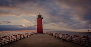 Roter Leuchtturm auf Michigansee in Milwaukee Wisconsin bei Sonnenaufgang Stockfoto