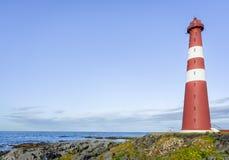Roter Leuchtturm in Finnmark, Nord-Norwegen Lizenzfreie Stockfotos