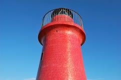 Roter Leuchtturm gegen Lizenzfreies Stockbild